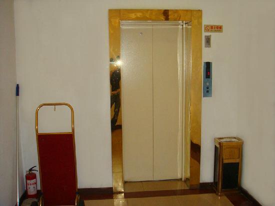 Junhang Holiday Hotel : 前厅电梯口