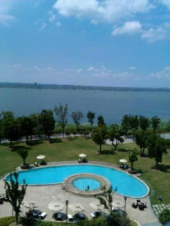 Fairmont Yangcheng Lake: 从阳台看到的阳澄湖