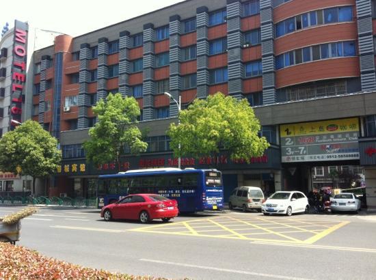 Motel 168 (Zhangjiagang Jingang Avenue)