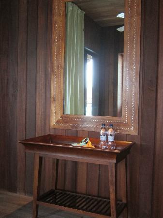 Club Med Kani: 水上屋-客厅的镜子