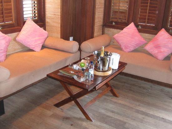 Club Med Kani: 水上屋-入门小客厅,两张贵妃椅,左边的