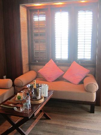Club Med Kani: 水上屋-入门小客厅,两张贵妃椅,右边的
