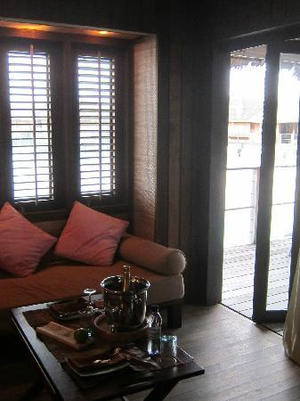 Club Med Kani: 水上屋-客厅通往露台的门