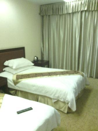 Golden Flower Hotel : 标间床