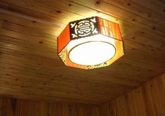 Naxi Net Inn (Laoyuan) : 房间顶灯,蛮温馨的