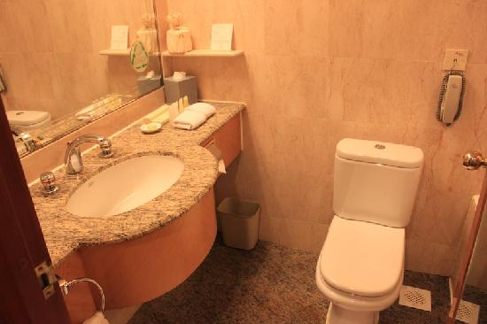 Island Pacific Hotel: 浴室