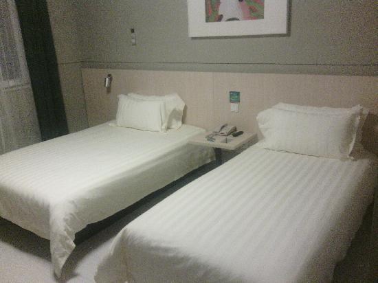 Jinjiang Inn Qixin Road: 一大一小两张床