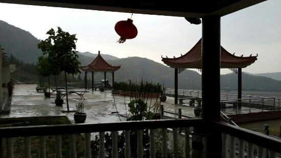 Weihui, China: 塔岗水库东沟度假山庄