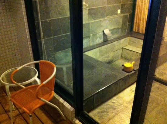 Emmadora B&B : 室内温泉