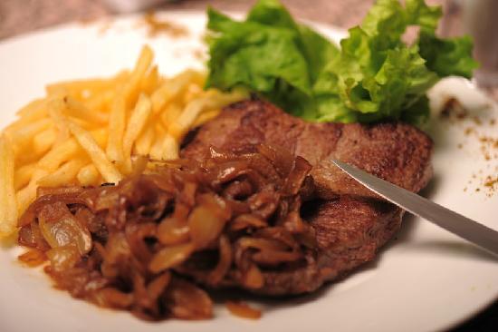 Le Petit Paris - French Restaurant: 菲力牛排配小洋葱