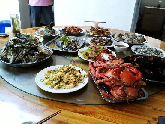Liangliang Yujiale : 一大桌子海鲜美味