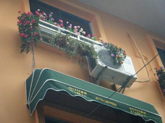 Manshiguang Inn: 窗子上的花儿