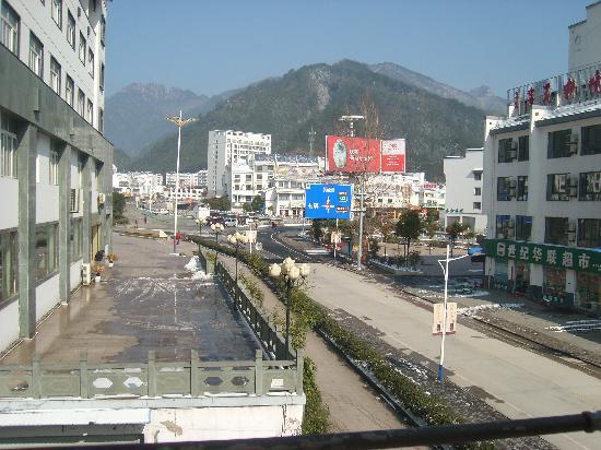 Yiyun Zizhu Yijiaren Inn: 客栈门前就是景区主干道,远眺过去就可以观赏黄山美景【剪刀峰】。