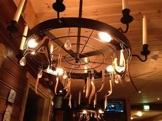 Nellim Wilderness Hotel: 大厅里的驯鹿角灯,有特色