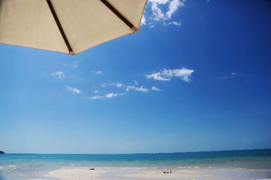 โรงแรมบุรี รสา วิลเลจ: 酒店前海滩