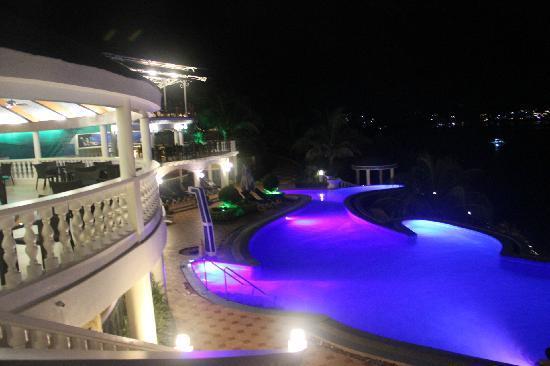 Monaco Suites de Boracay: 泳池夜景
