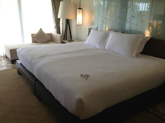 Hilton Phuket Arcadia Resort & Spa: 大床是两张小床拼起来的,被子也是两个。。