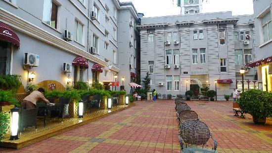 Riyueming Hotel (Songyun): 大连日月明松云店的院子
