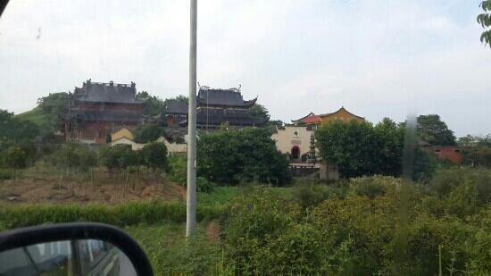 Linshan Temple: 义乌林山寺,香溪路跟上佛路的交叉口