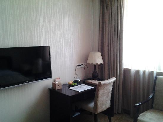 Chengxinyuan Hotel : desk and TV
