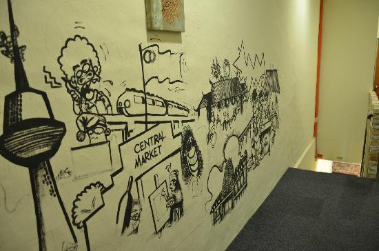 Raizzy's Guesthouse : 走廊涂鸦