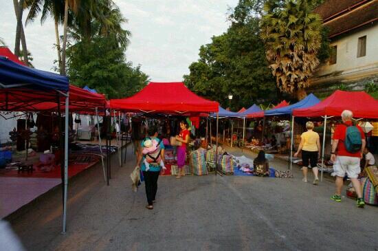 Ninlioteca de Luan Prabang: 夜市开始