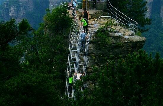 Zhangjiajie Tianbofu Scenic Resort: 土匪踹人下山的地方