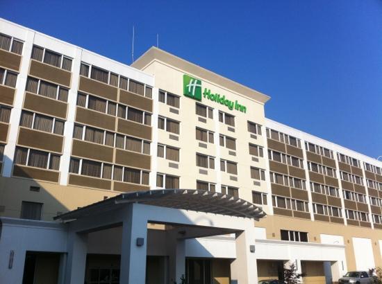 Holiday Inn Clark Newark 大门背向高速
