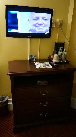 Milner Hotel: 电视、柜子