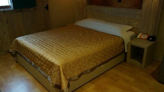 Hotel EJ: 床很干净