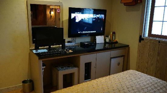 Hotel EJ: 电视、电脑