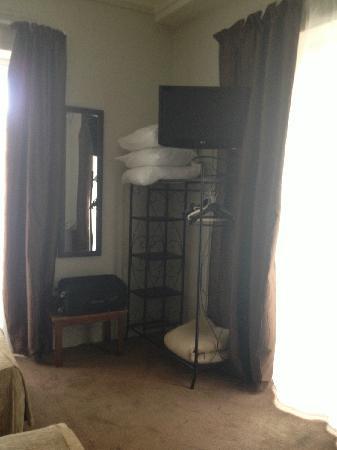 Hotel de Verdun : 放被褥的地方,衣架