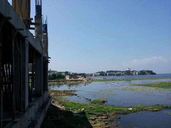 Shuanglang Lanying Inn: 在客栈看左边人家