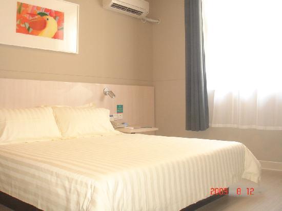 Jinjiang Inn(Rizhao Haiqu Park) : 2米大床商务房B