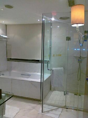 Gehua New Century Hotel: 超大的浴室