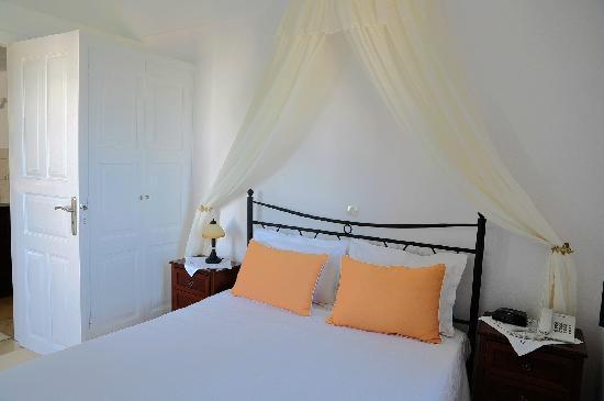 Anthonas Apartments: 一层卧室