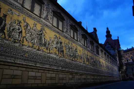 Hilton Dresden Hotel: 酒店外的世界最大的瓷砖壁画长廊