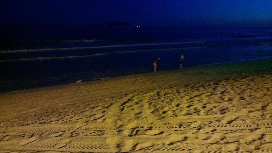 Days Hotel and Suites Sanya Resort : 吃完火锅遛遛下边的沙滩