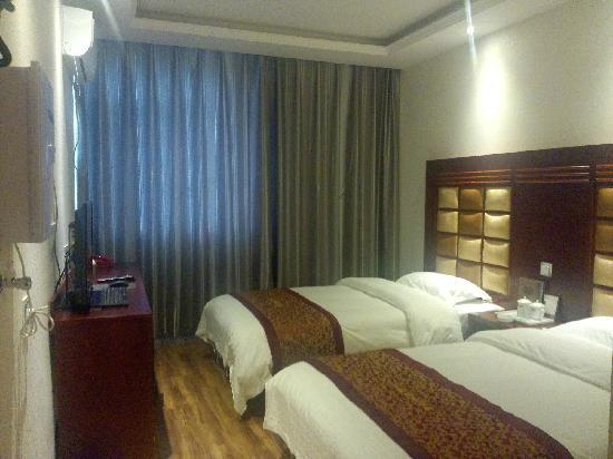 Er'qing Hotel: 标准间,有免费无线,带电视电脑,空调饮水机