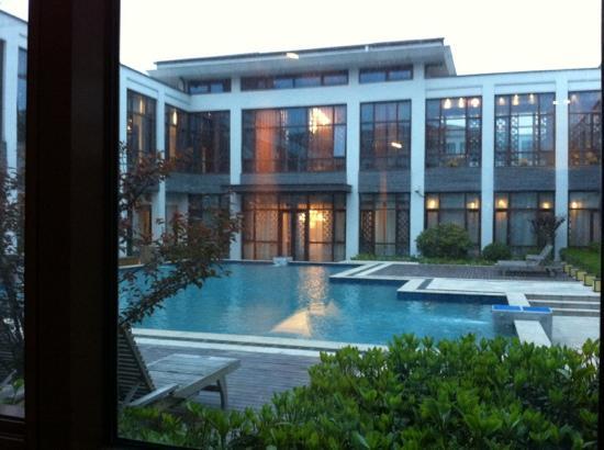 Gloria Resort Xiao Nanhu Xuzhou: 室内看到的泳池