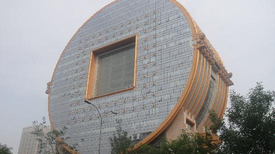 Heng Ji Hotel: 对面的方圆大厦