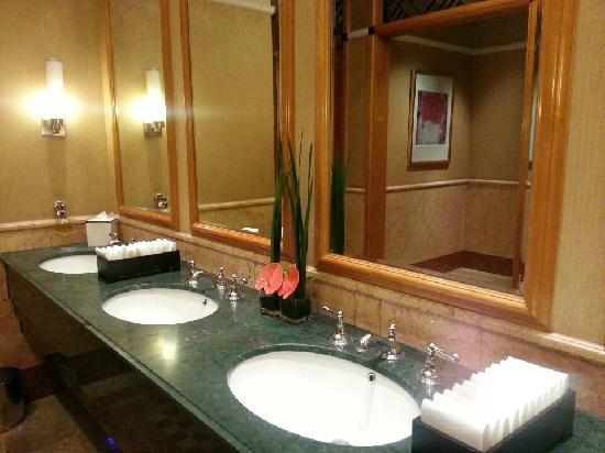 Four Seasons Hotel Shanghai: 洗手间