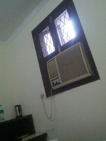 Vivek Hotel: 房间里有空调,但是他们把开关都卸掉了。所以没法用。