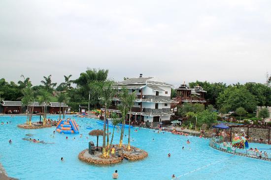 Jiiu Qu Wan Hot Spring Resort: 超大嬉水池