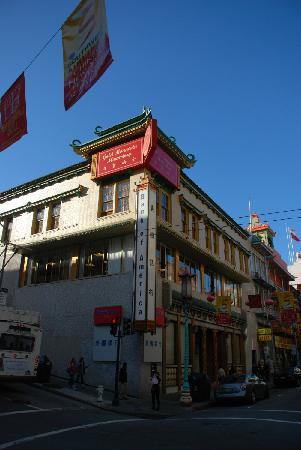 Chinatown: 美国银行上面是金山圣寺