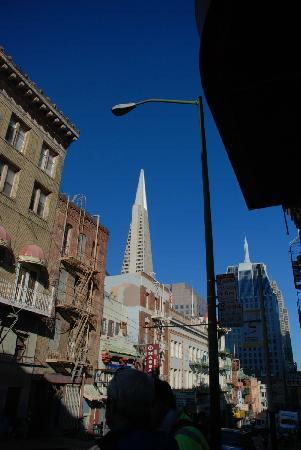 Chinatown: 某个路口看得到泛美金字塔大楼