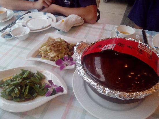 Hainan Food Restaurant: 猪手神仙鸡,在开煲之前要先剪彩
