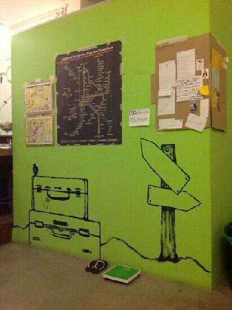 PODs The Backpackers Home & Cafe: 旅社墙上贴着的各类咨询对旅者有很大帮助