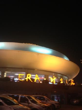 Shanghai Circus World: 照不出大球,只漏个顶