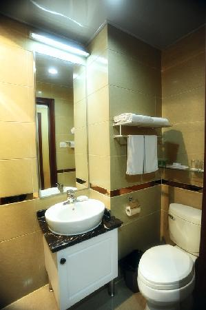 Big Shanghai International Garden Apartment Hotel: 卫生间
